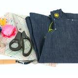 Accesorios de costura y modelo de papel aislados en el backgroun blanco Fotos de archivo