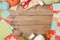 Accesorios de costura y que hacen punto Tela, bolas del hilado Tabl de madera Foto de archivo libre de regalías