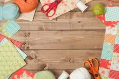 Accesorios de costura y que hacen punto Tela, bolas del hilado Tabl de madera Fotografía de archivo libre de regalías