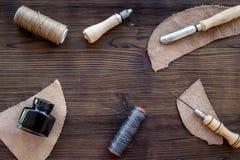 Accesorios de cuero del arte Herramientas y matherials en copyspace de madera oscuro de la opinión superior del fondo Foto de archivo libre de regalías