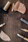Accesorios de cuero del arte Herramientas y matherials en copyspace de madera oscuro de la opinión superior del fondo Imagen de archivo libre de regalías