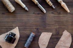 Accesorios de cuero del arte Herramientas y matherials en copyspace de madera oscuro de la opinión superior del fondo Imágenes de archivo libres de regalías