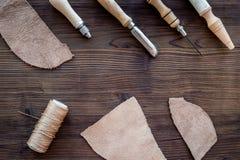 Accesorios de cuero del arte Herramientas y matherials en copyspace de madera oscuro de la opinión superior del fondo Fotos de archivo libres de regalías