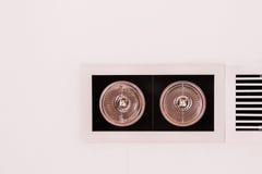 Accesorios de iluminación modernos del estilo en techo al lado de la parrilla de aire Fotos de archivo libres de regalías
