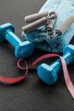 Accesorios de la aptitud con los apretones de la mano y pesas de gimnasia para el control de peso Foto de archivo libre de regalías