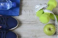 Accesorios de la aptitud Zapatos de los deportes de las zapatillas de deporte de las pesas de gimnasia de los deportes y Imagen de archivo libre de regalías