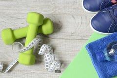 Accesorios de la aptitud Zapatos de los deportes de las zapatillas de deporte de las pesas de gimnasia de los deportes y fotos de archivo