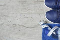 Accesorios de la aptitud Zapatos de los deportes de las zapatillas de deporte de las pesas de gimnasia de los deportes y Foto de archivo