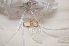 Accesorios de la boda con dos anillos de oro Fotografía de archivo