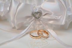 Accesorios de la boda con dos anillos de oro Fotos de archivo libres de regalías