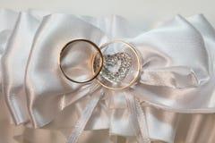 Accesorios de la boda con dos anillos de oro Imagen de archivo libre de regalías