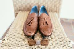 Accesorios de la boda del novio Zapatos de Brown y corbata de lazo de madera Imagenes de archivo