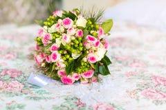 Accesorios de la boda para la mañana de la novia en rosa Weddi Fotos de archivo libres de regalías