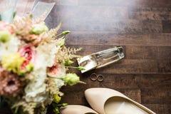 Accesorios de la boda Perfume del oro, anillos de oro, casandose zapatos y una parte del ramo nupcial Fotos de archivo libres de regalías