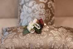 Accesorios de la boda, ramo y accesorios nupciales y nupciales del perfume, detalles de la boda en un fondo de madera Fotos de archivo