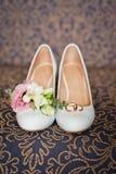 Accesorios de la boda: Zapatos y boutonniere del ` s de la novia Fotografía de archivo libre de regalías