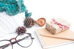 Accesorios de la caja y del invierno de regalo en blanco Imagenes de archivo