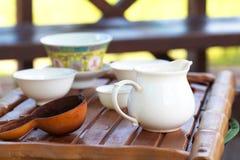 Accesorios de la ceremonia de té del chino tradicional en la tabla de té, s Imágenes de archivo libres de regalías