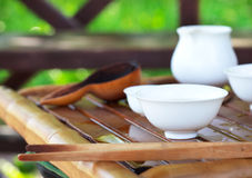 Accesorios de la ceremonia de té del chino tradicional, foco selectivo encendido Fotos de archivo