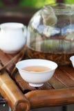 Accesorios de la ceremonia de té del chino tradicional, foco selectivo encendido Imagen de archivo libre de regalías