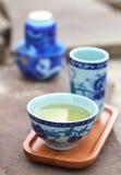 Accesorios de la ceremonia de té del chino tradicional en la tabla de piedra, Fotografía de archivo