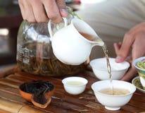 Accesorios de la ceremonia de té del chino tradicional en la tabla de té, s Fotos de archivo libres de regalías