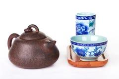 Accesorios de la ceremonia de té del chino tradicional en un bachgrou blanco Imagen de archivo