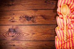 Accesorios de la cocina en superficie de madera Fondo del alimento Fotografía de archivo
