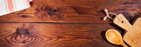 Accesorios de la cocina en superficie de madera Fondo del alimento Fotos de archivo libres de regalías