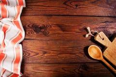 Accesorios de la cocina en superficie de madera Fondo del alimento Foto de archivo