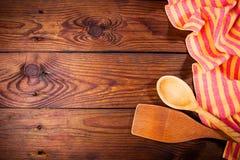 Accesorios de la cocina en superficie de madera Fondo del alimento Espacio para el texto Foto de archivo