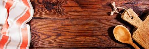 Accesorios de la cocina en superficie de madera Fondo del alimento Espacio para el texto Imagen de archivo