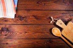 Accesorios de la cocina en superficie de madera Fondo del alimento Espacio para el texto Fotografía de archivo