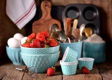 Accesorios de la cocina para cocinar los molletes, las fresas orgánicas y los huevos en un viejo fondo de madera Estilo rústico Fotos de archivo