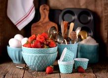 Accesorios de la cocina para cocinar los molletes, las fresas orgánicas y los huevos en un viejo fondo de madera Estilo rústico Fotografía de archivo