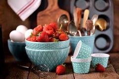 Accesorios de la cocina para cocinar los molletes, las fresas orgánicas y los huevos en un viejo fondo de madera Estilo rústico Imagen de archivo
