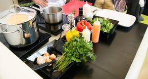 Accesorios de la cocina - pote, cacerola, salsas, verduras, placas Fotografía de archivo