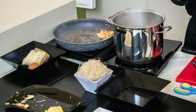 Accesorios de la cocina - pote, cacerola y placas negras Fotografía de archivo libre de regalías
