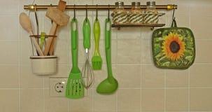 Accesorios de la cocina que cuelgan en el carril del tejado Imagenes de archivo