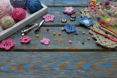 Accesorios de la costura para crear la joyería hecha a ganchillo Gotas, hilos, ganchos, botones en fondo de madera El hacer punto Imagen de archivo libre de regalías