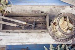 Accesorios de la decoración del estilo del vintage en el estilo rústico de Provence en la tabla de madera envejecida con las viej Foto de archivo libre de regalías