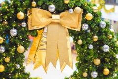 Accesorios de la decoración de la Navidad, arco de oro, bolas del gritter Foto de archivo libre de regalías