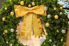 Accesorios de la decoración de la Navidad, arco de oro, bombilla, bolas del gritter Fotografía de archivo