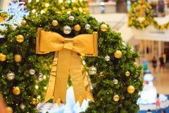 Accesorios de la decoración de la Navidad, arco de oro, bombilla, bolas del gritter Fotos de archivo libres de regalías
