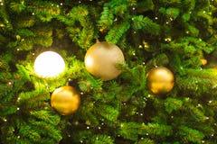 Accesorios de la decoración de la Navidad, bolas de oro, bombilla, bola del gritter Fotografía de archivo libre de regalías