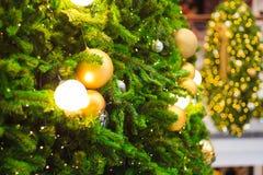 Accesorios de la decoración de la Navidad, bolas de oro, bombilla, bolas del gritter Fotografía de archivo libre de regalías
