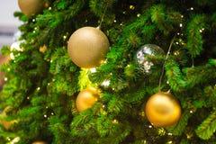 Accesorios de la decoración de la Navidad, bolas de oro, bombilla, bolas del gritter Imagenes de archivo
