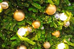 Accesorios de la decoración de la Navidad, bolas de oro, bombilla, bolas del gritter Fotos de archivo