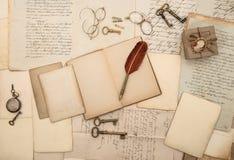 Accesorios de la escritura del vintage, papeles viejos y letras Imagen de archivo libre de regalías