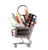 Accesorios de la escuela en cesta de compras Foto de archivo